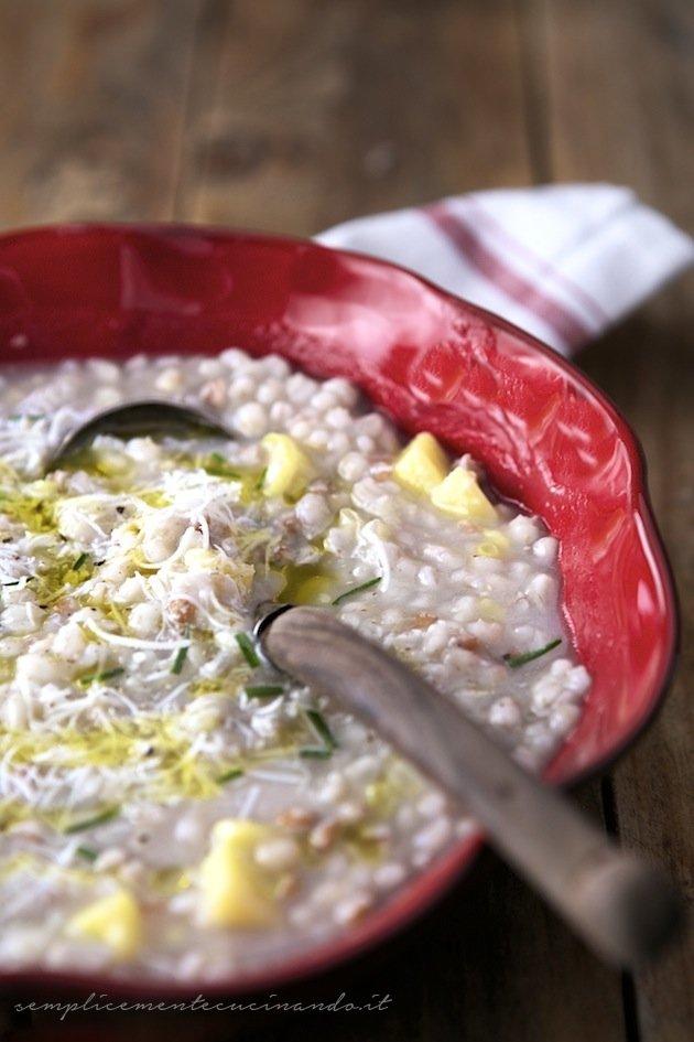 la ricetta per fare la minestra orzo e patate