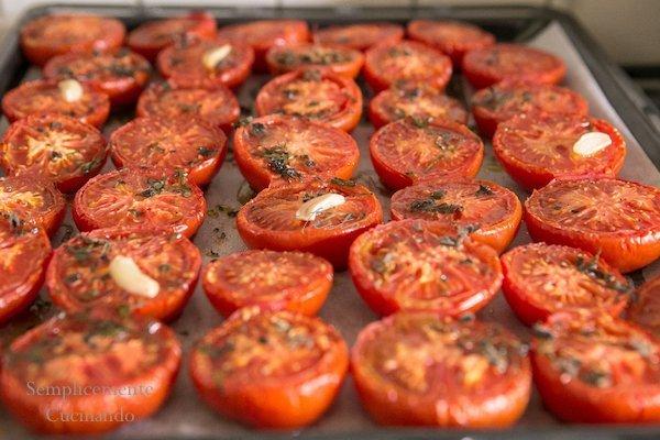 Teglia di pomodori per la passata di pomodori al forno