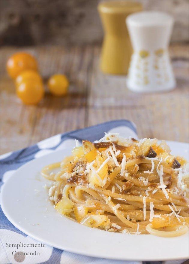 spaghetto alici e datterini gialli