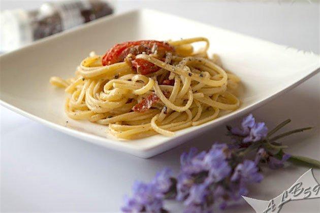 Linguine peperoni ricotta e pistacchi