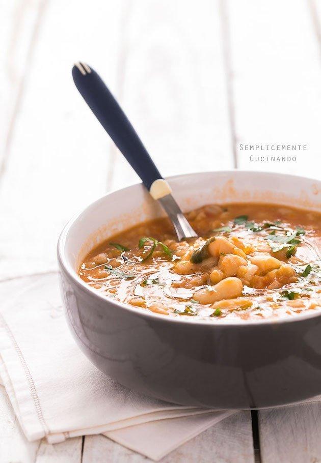 la più semplice ma buonissima zuppa di fagioli e farro