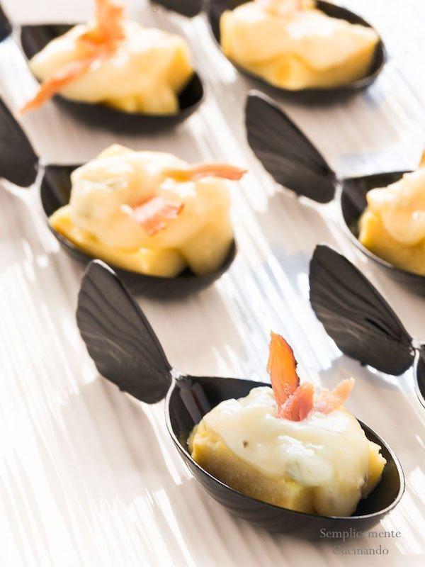 La ricetta per preparare dei golosi finger food con polenta di ceci, gorgonzola e speck