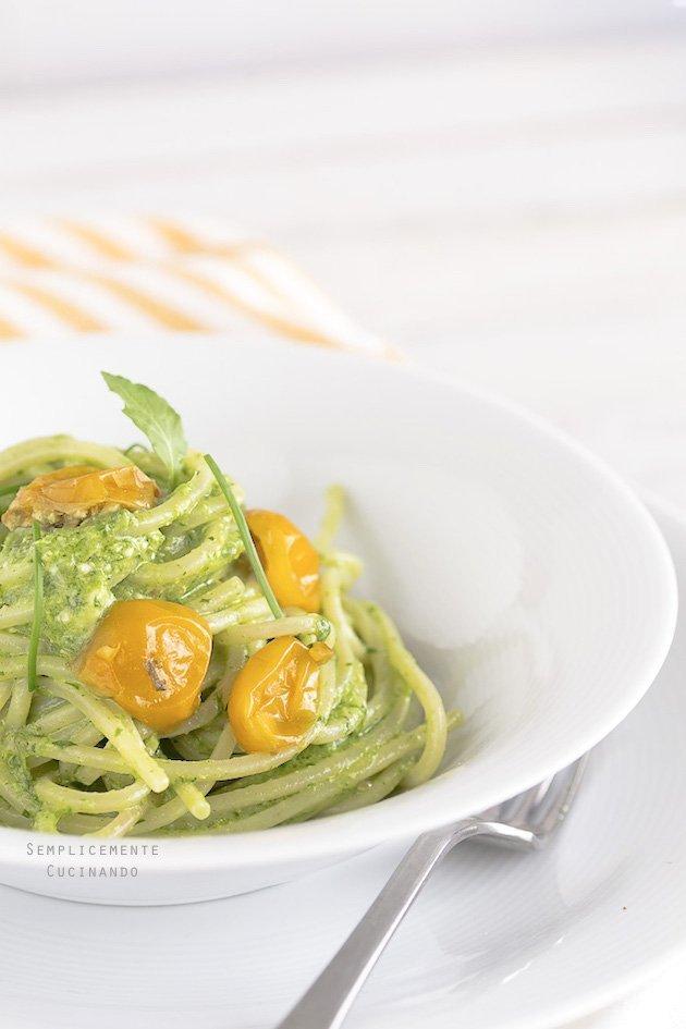 La ricetta degli Spaghetti con pesto di rucola ed erba cipollina