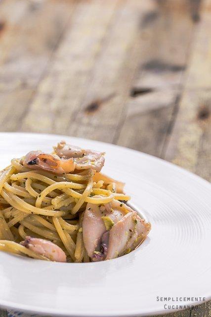Spaghetti pesto di pistacchi e calamaretti