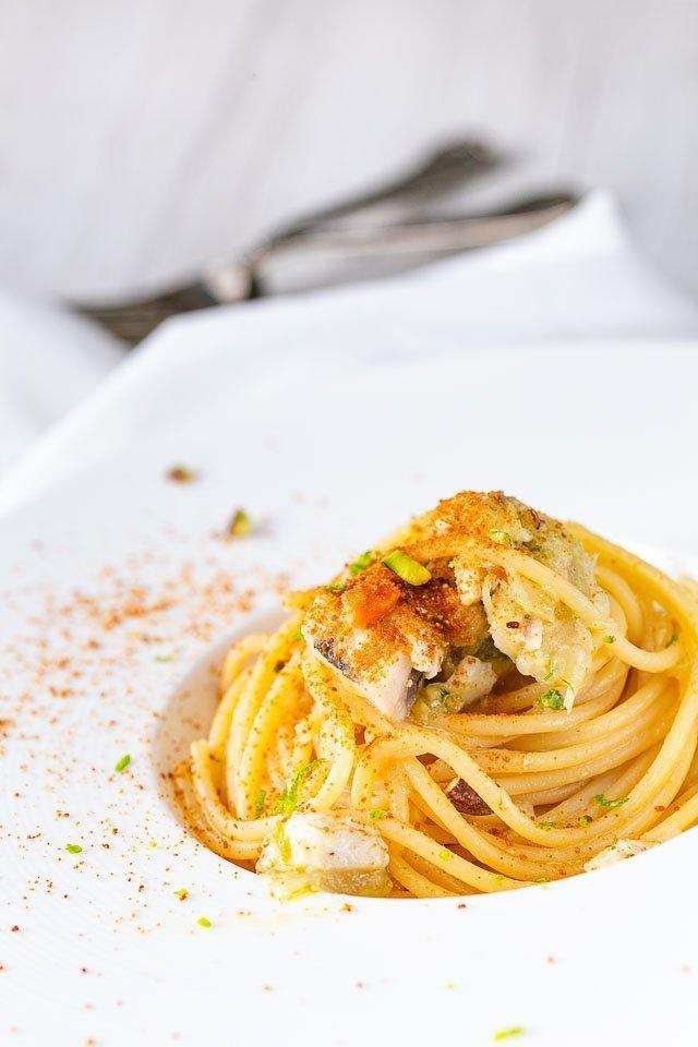 La ricetta per fare gli Spaghetti pesce spada finocchio e bottarga