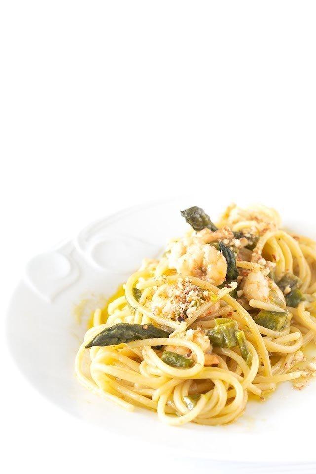 spaghetti gamberi sparagi e...granella di mandorle tostate