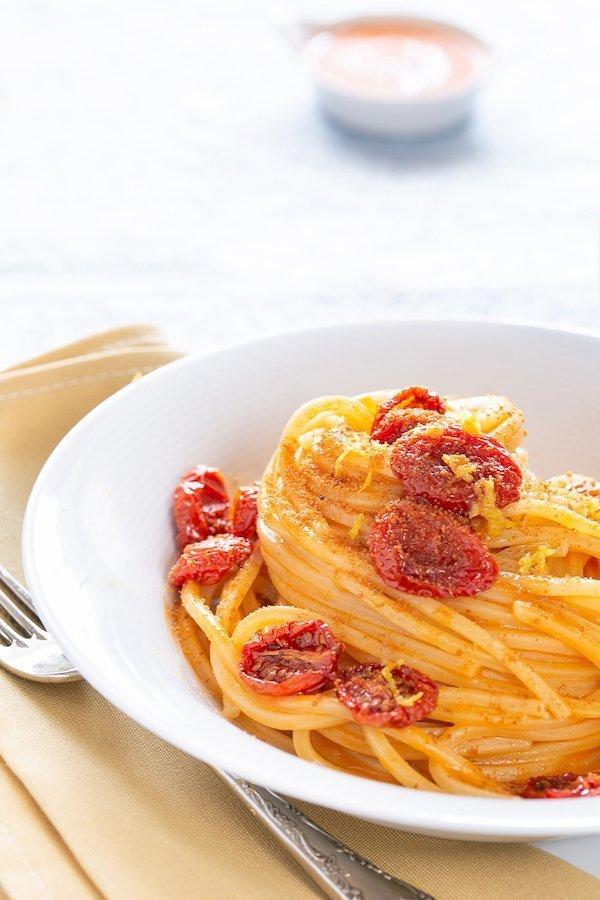 Spaghettoni risottati con brodo di pesce, pomodori confit e bottarga