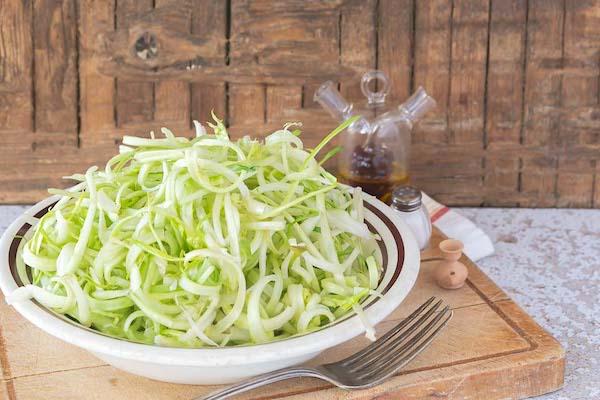 le puntarelle in una insalata tiepida con lamon e calamari