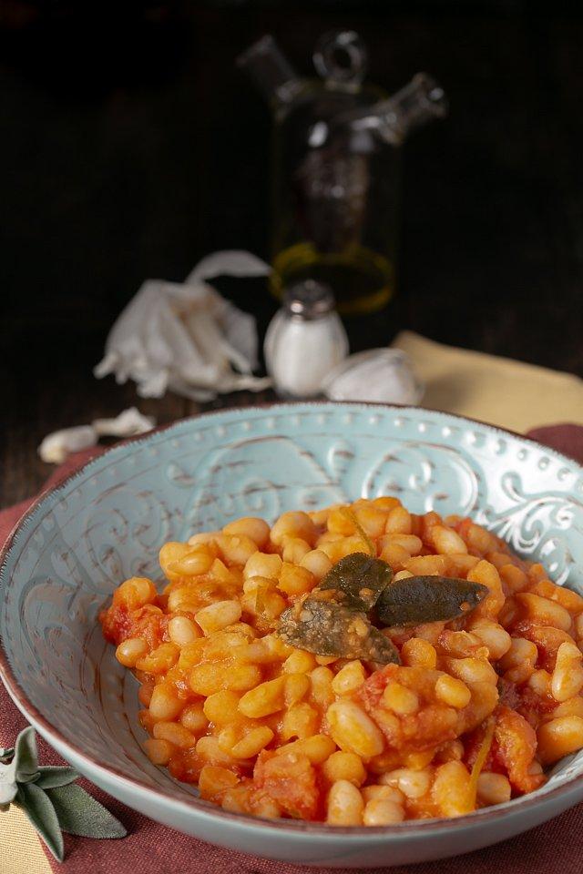 la ricetta tipica toscana dei fagioli all'uccelletto