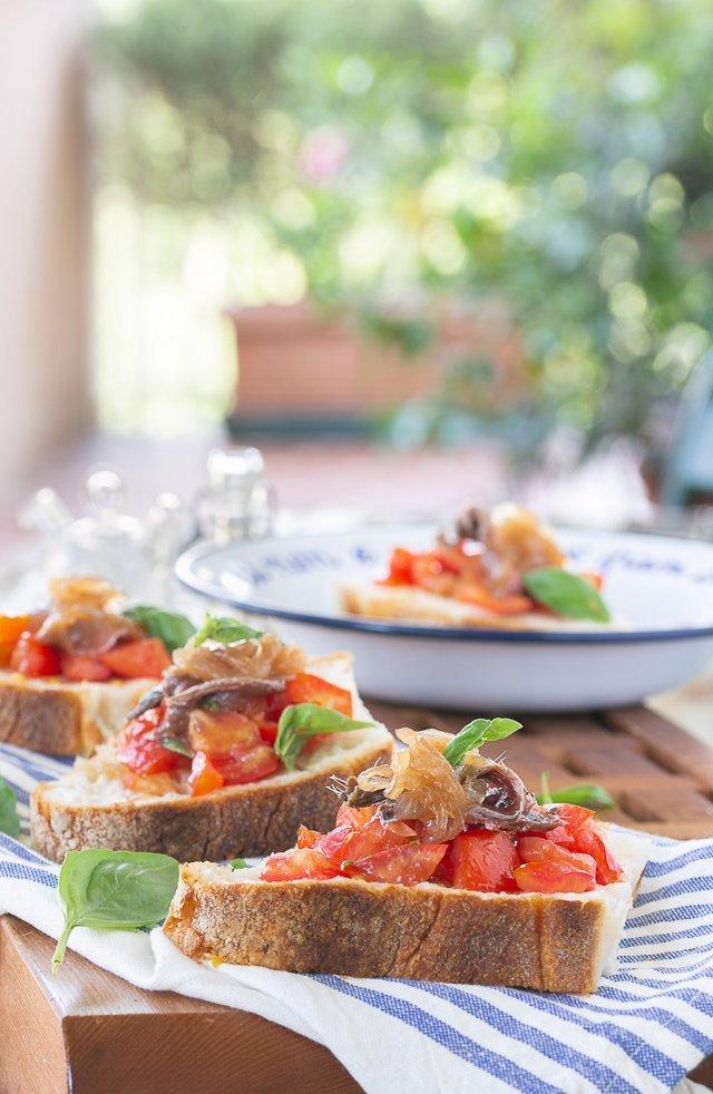 rivisitazione della panzanella romana: con acciughe e cipolla caramellata.