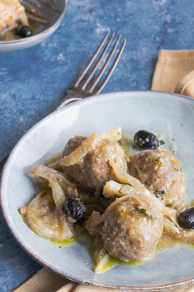 Polpette di pollo con finocchi e olive nere.
